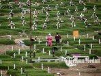 10042021_ziarah_di_pemakaman_khusus_covid_danil_siregar-1.jpg