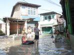 aktivitas-warga-terdampak-banjir-momen-idul-fitri.jpg