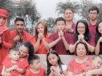 angel-lelga-ikut-rayakan-imlek-bersama-keluarga-lihat-potret-cantiknya-kenakan-busana-serba-merah.jpg