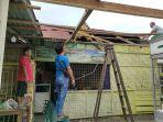 ariadi-beserta-saudaranya-sedang-memperbaiki-atap-rumahnya.jpg