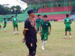asisten-pelatih-psms-suharto-ad-bertopi-saat-memantau-pemain_20180803_164007.jpg