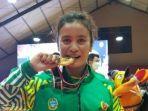 atlet-tarung-bebas-ocha-simanjuntak-memegang-medali-emas.jpg