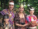 ayu-azhari-dan-keluarga-pakai-tradisional.jpg