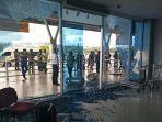 bandara-domine-eduard-osok-di-kota-sorong-dirusak-oleh-massa.jpg