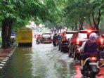banjir-dan-macet-di-dr-mansyur-tribun_20170528_192743.jpg
