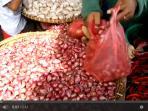 bawang-merah-di-pasar-sukaramai-tribun-medancom_20151110_160625.jpg