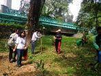 beberapa-relawan-tengah-menanam-bibit-pohon-di-bantaran-sungai-babura.jpg
