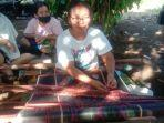belasan-ibu-ibu-di-kota-binjai-budayakan-tenun-kain-uis-karo-dengan-alat-tradisional.jpg