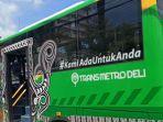 bus-trans-metro-deli-saat-berhenti-di-tepi-jalan-putri-hijau.jpg