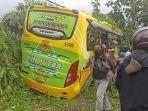 bus-wisata-seruduk-4-motor-2-mobil.jpg