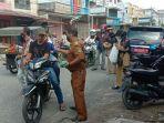 Camat Kisaran Barat Bagikan Ratusan Masker, Imbau Masyarakat Patuhi Protokol Kesehatan