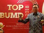 direktur-utama-bank-sumut-edie-rizliyanto-seusai-menerima-trophy_20180504_161915.jpg