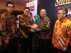 dzulmi-eldin-dianugrahi-penghargaan-indonesia-visionary-leader-dalam-acara.jpg