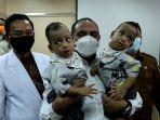 gubernur-edy-rahmayadi-menggendong-bayi-kembar-siam-adam-dan-aris.jpg