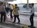 jasad-ramlan-dimasukkan-ke-dalam-mobil-ambulance-oleh-pihak-kkp-bandara-kualanamu-rabu-1572020.jpg