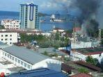 jayapura-terkini-mencekam-ribuan-orang-warga-papua-mengungsi-ke-markas-tni-al-10-mobil-dibakar.jpg