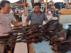 joly-adrian-saat-melayani-pembeli-daging-kelelawar-di-pasar.jpg