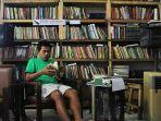 koleksi-buku-di-literacy-coffee-yang-berfokus-mengenai-lokalitas.jpg