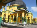 masjid-al-osmani-masjid-tertua-di-kota-medan-tribun-medancom_20151128_185822.jpg