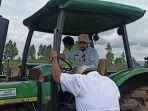 menteri-pertanian-syahrul-yasin-limpo-naik-traktor.jpg