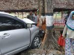 mobil-avanza-berplat-merah-bk-1192-r-oleng-menghantam-pohon.jpg