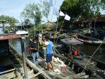 nelayan-memasang-bendera-putih-tanda-menyerah-karena-langkanya.jpg