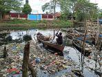 nelayan-membersihkan-sampah-di-sungai-bedera.jpg