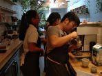 owner-miel-coffee-hendrik-tanoto-sedang-membuat-coffee-hot-latte.jpg