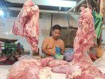 pedagang-daging-saat-membungkus-daging-pesanan-di-pusat-pasar-medan.jpg