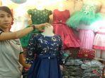 pedagang-menjual-pakaian-jadi-kepada-konsumen-di-pasar-petisah-medan.jpg