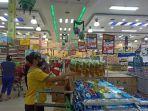 pegawai-brastagi-supermarket-saat-menyusun-display-produk.jpg