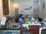 pegawai-saat-melayani-pembeli-di-butik-emas-antam.jpg