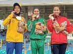 pelari-putri-sumut-agustina-mardika-damanik-tengah-usai-sukses-meraih-medali-emas.jpg