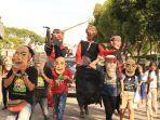 penampilan-pawai-karnaval-budaya-mengitari-jalan-protokol_20180902_165236.jpg