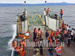 pencarian-korban-hilang-kapal-tenggelam-di-danau-toba_20180619_115551.jpg