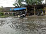 pengendara-saat-melintasi-banjir-di-jalan-platina-i.jpg