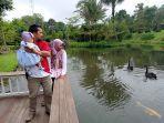 pengunjung-menikmati-suasana-keindahan-danau.jpg