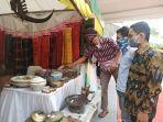 pengunjung-saat-melihat-stan-museum-dalam-festival-museum-sumut-2020-kamis-1792020.jpg