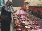 pengunjung-saat-memilih-daging-di-lotte-mart-centre-point_harga-daging.jpg