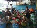 pengunjung-sedang-menikmati-kelezatan-ikan-laut-segar-dan-seafood.jpg