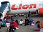 penumpang-menunggu-pesawat-lion-air-yang-delay_20150424_212546.jpg