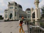 penyemprotan-disinfektan-masjid-raya-2.jpg