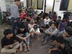 petugas-amankan-puluhan-remaja-yang-terlibat-tawuran-minggu-3132019.jpg