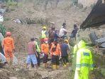 petugas-gabungan-dibantu-warga-sekitar-melakukan-evakuasi.jpg
