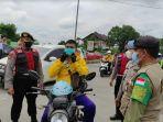 petugas-gabungan-sedang-menegur-pengendara-motor-yang-tidak-menggunakan-masker.jpg