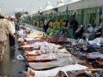 petugas-kesehatan-arab-saudi-berdiri-dekat-korban-tewas-terinjak-injak_20150926_172758.jpg