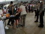 petugas-medis-saat-memberikan-pertolongan-pertolongan-pertama-terhadap-perempuan.jpg