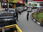 petugas-spbu-sedang-mengatur-mobil-untuk-antri-mendapatkan-solar-di-spbu.jpg