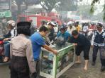 polisi-dan-dishub-bantu-warga-korban-kebakaran-tribun_20161031_102534.jpg