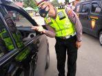polisi-periksa-pengendara-di-posko-penyekatan-mudik-jalan-jamin-ginting.jpg